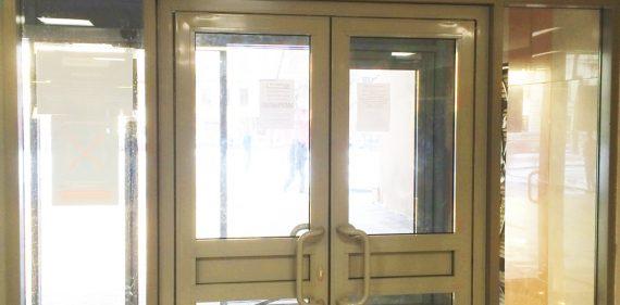 Установка маятниковых входных дверей в университете ИТМО